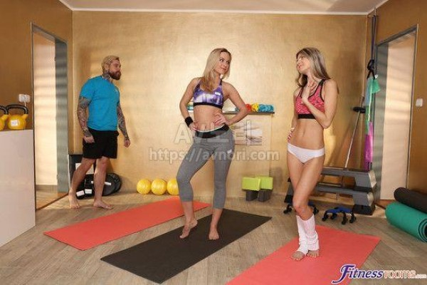 Blonde teen Vinna Reed joins MILF Samantha Reed and hubby for threesome sex № 303044 без смс